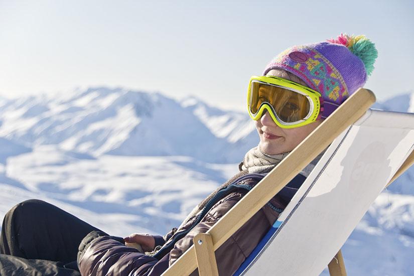 image Alpes jeune fille chaise longue pistes ski  fo